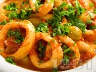 Рецепта Задушени калмари на шайби / кръгчета в доматен сос с лук, чесън и маслини